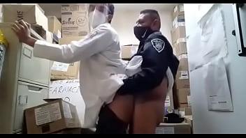 Policial maduro afogando o ganso no atendente da farmácia