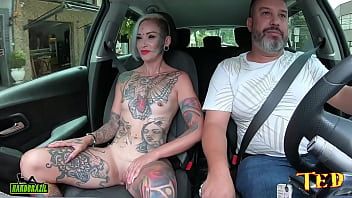 A Milf com o famoso olho eyeball tattoo tirou toda a roupa no carro e conta como entrou no mundo pornô - carona do Ted #75 - Tata Lima