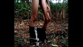 Abaixei o shorts e ele socou no mato