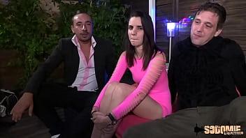 Bella, jeune brunette, fait sa première sodomie en club libertin