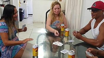 Nem sabe que é corna !!! No jogo de cartas fodi escondido a melhor amiga da minha namorada  .  Paty Bumbum - Alex Lima - El Toro De Oro - Melissa Alecxander - Clarkes Boutaine  . Completo no red