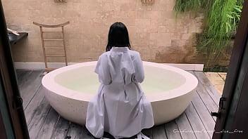 Alice Sweet cums in bath