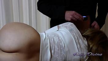 Tettona con un grosso culo viene filmata in ufficio mentre succhia il cazzo del suo capo - Asia Divine