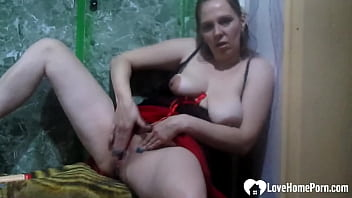 Hot mom shows off her goods before masturbating