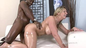 Sara Jay lubrifie son gros cul et ses gros seins !