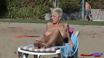 Chubby mature wife play with a big dildo and gets creampie