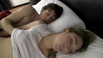 Comparte la cama con la hermanastra y se la coge, la llena de leche