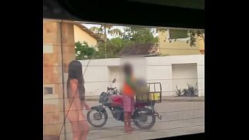 Esposa safada recebeu o entregador de água totalmente nua na porta de casa Praia de Pipa (RN) Luana Kazaki