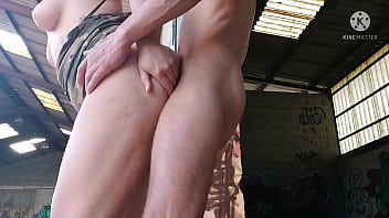 Young slut bangs daddy's worker in the shed ... he squirts a lot of cum in her pussy !!