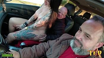 Bruno Diferente entra na carona e tem uma supresa com a mais desejada estrela pornô Elisa Sanches