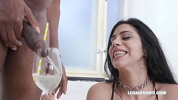 Julia De Lucia discovers african cocktail