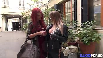 Tiffany aide la sexy Lily à se servir de deux bites