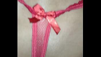 Calcinha vermelha fio dental de quatro e vara na buceta