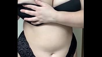 Ma soeur salope potelée exhibe sa lingerie et ses gros seins pour m'exciter