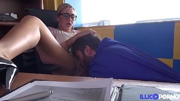 Lindsay, comptable sexy, veut la bite du garagiste