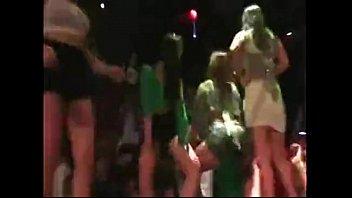 MC arranca calcinha no palco