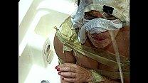 Vadia Putona adora levar mijada de Macho - Pissing in her whore face