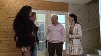 Angelina enculée par son petit ami pendant la visite d'une maison.