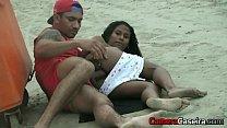 Salva Vidas transa com uma Favelada na Praia a luz do dia