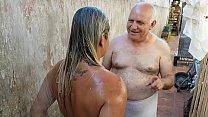 Vovô dando Banho na Novinha que conheceu na Praia !!! Paty Bumbum - Vovo doidera - El Toro De Oro