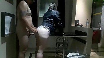 Menina veio ao meu quarto pedir para sair com meu filho, saí do banho pelado, o cacete ficou duro e a garota encheu a boca